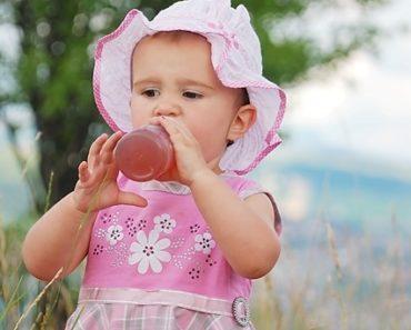 bambina beve dalla bottiglia